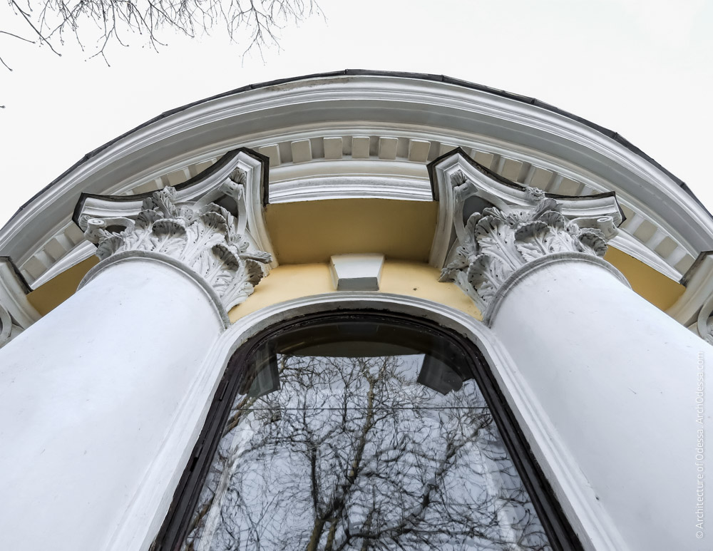 Капители полуколонн, вид с балкона