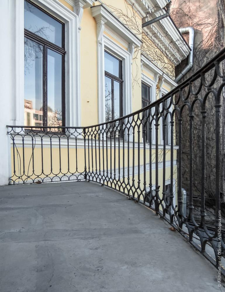 Фрагмент ограждения балкона второго этажа