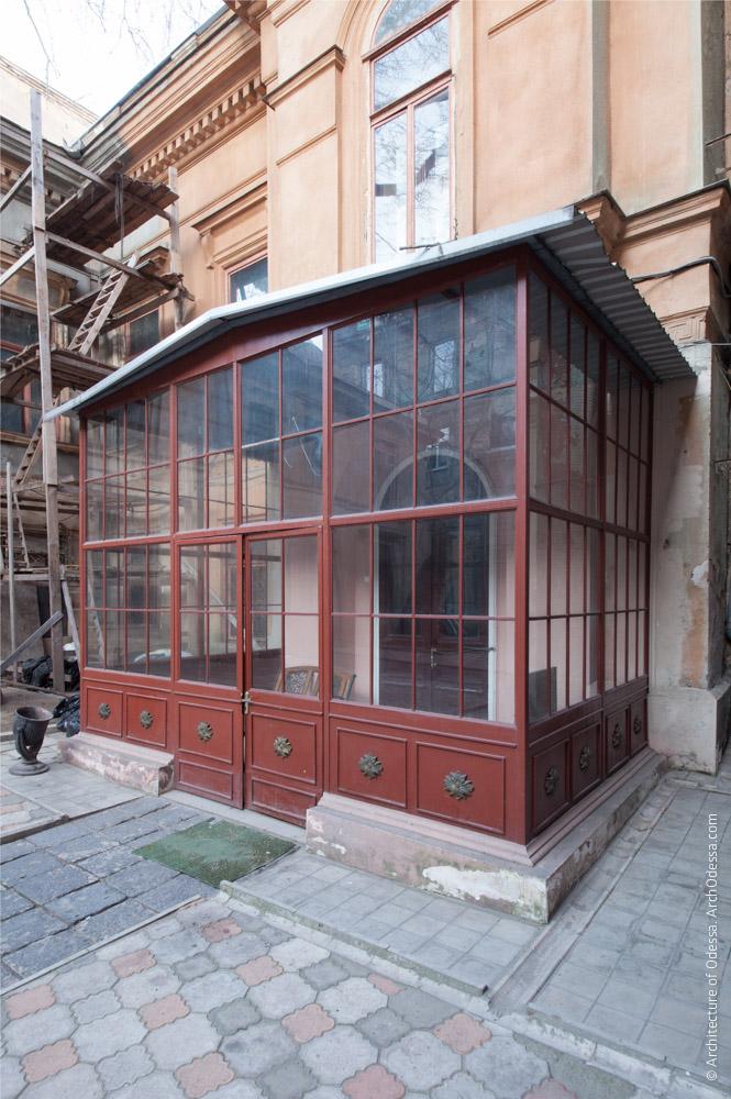 Остекленный тамбур входа со двора