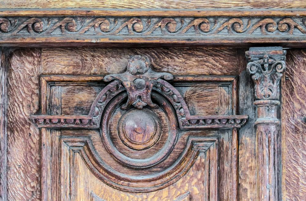 Дверь главного входа, деталь верхней части створки