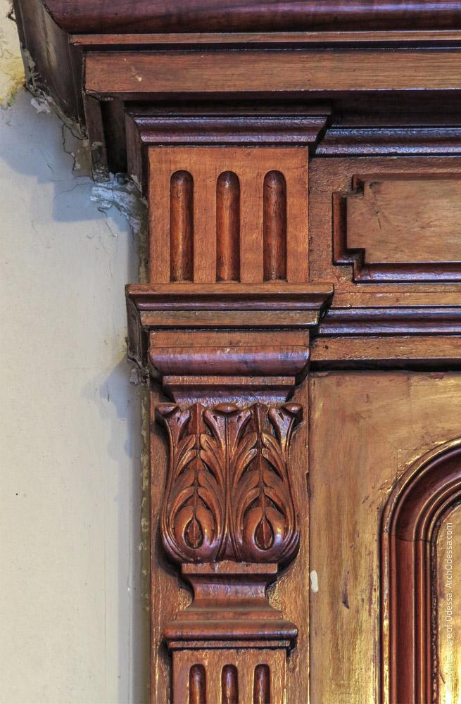 Дверь, деталь резной отделки