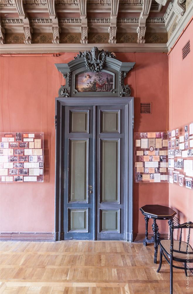 Дверь подсобного помещения