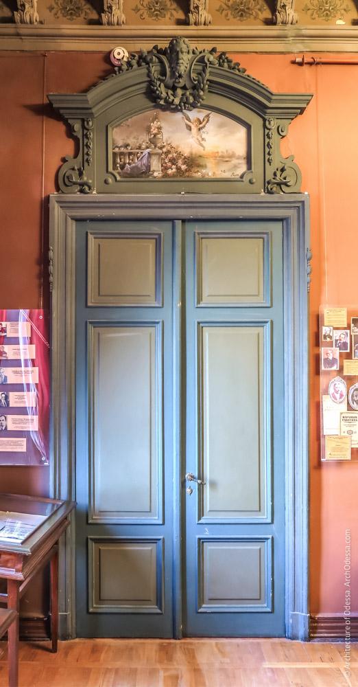 Дверь Красной гостиной с сандриком в виде расписной филенки