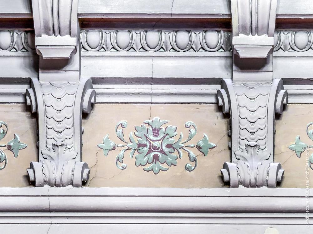 Потолок, дентикулы и роспись карниза