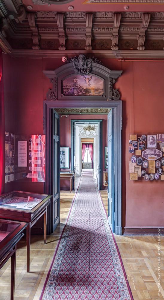 Дверь Красной гостиной и анфилада помещений за ней