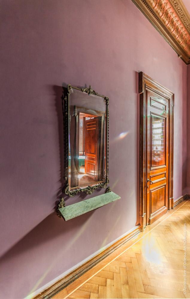 Дверь Мраморной гостиной и зеркало