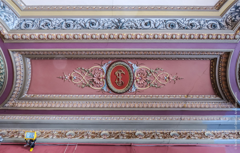 Потолок, филенка с вензелем Елены Толстой