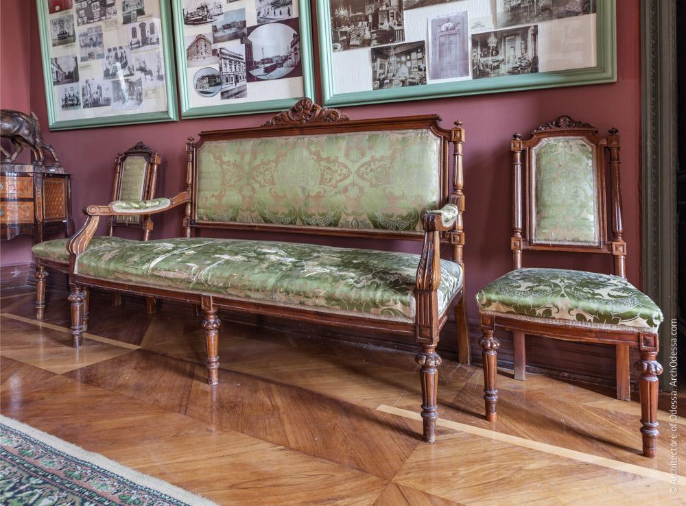 Меблировка, стулья и диван