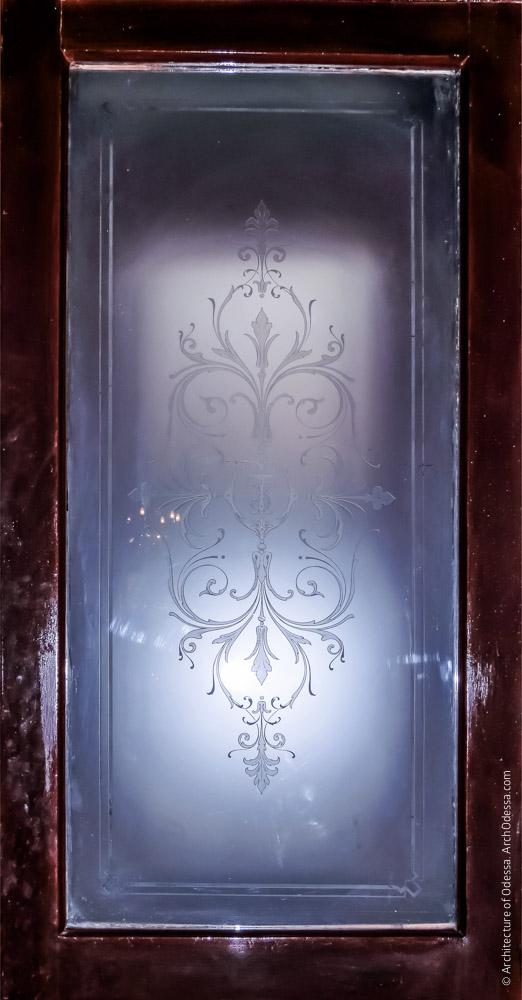 Общий вид стекла в проеме створки
