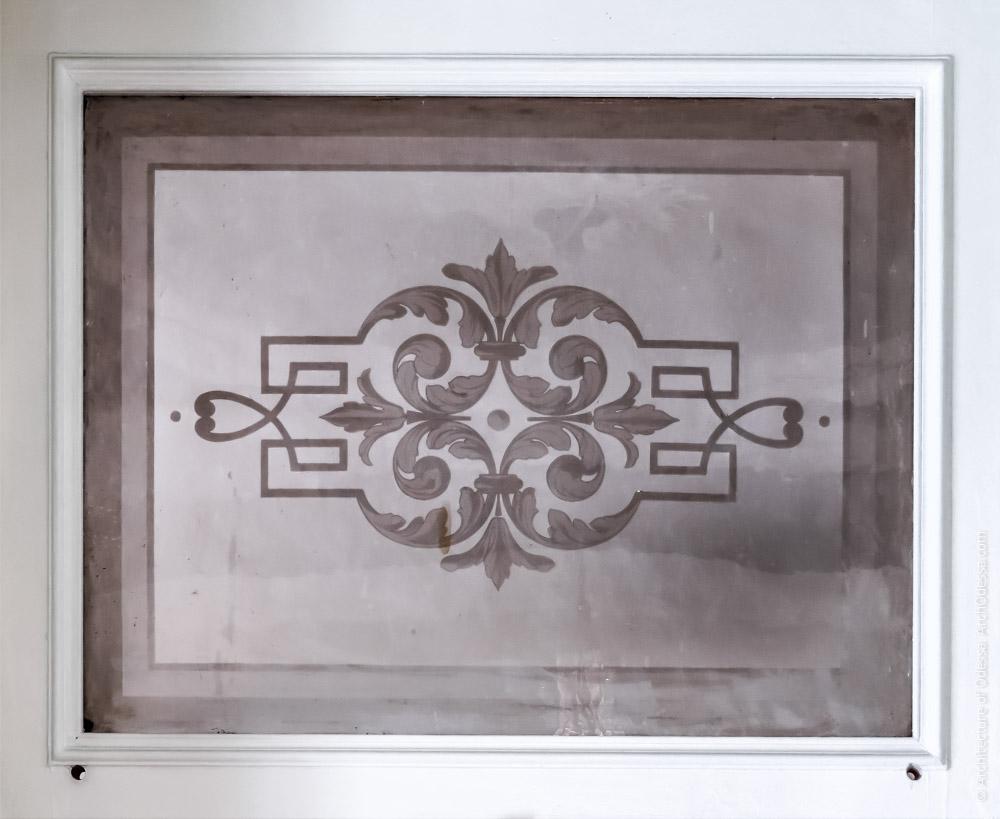 Дверь, ведущая в помещения флигеля, стекло фрамуги с травлением