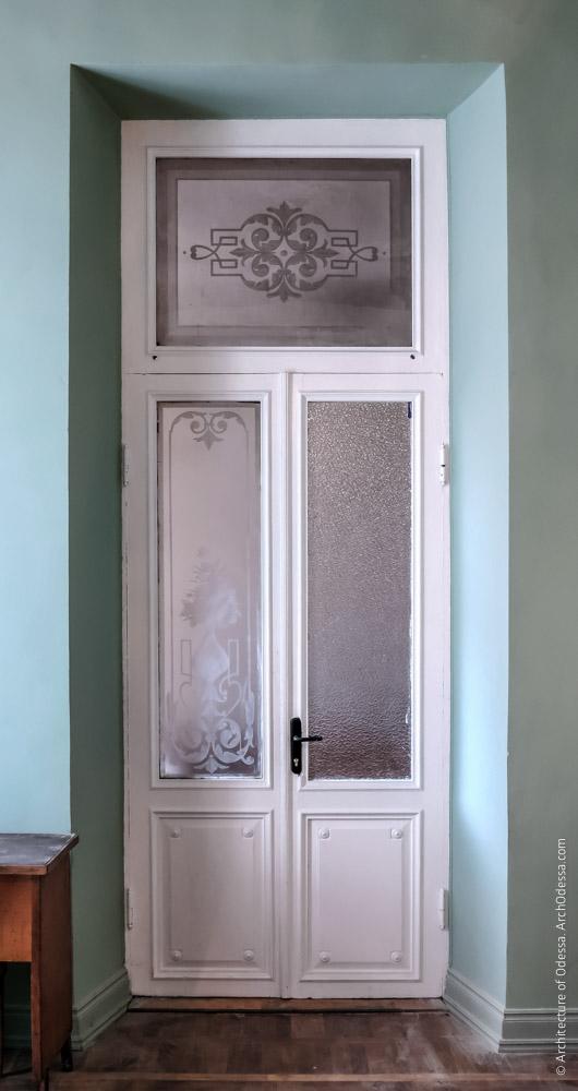 Дверь, ведущая в помещения флигеля