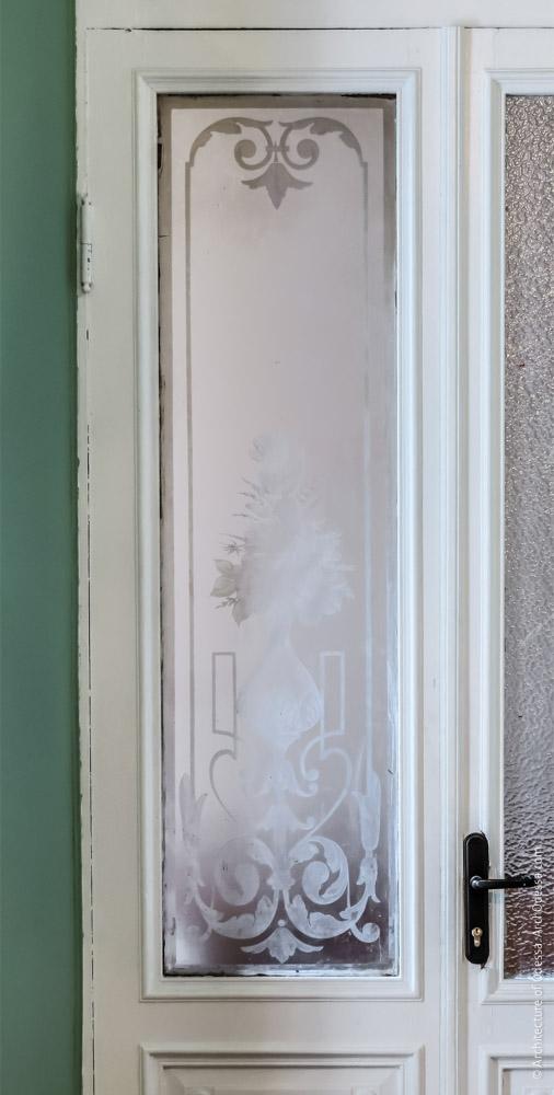 Дверь, ведущая в помещения флигеля, стекло одной из створок с травлением