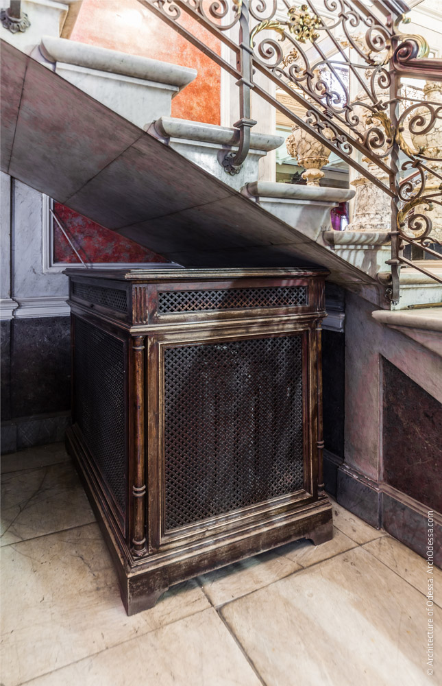 Вещевой ящик под лестницей