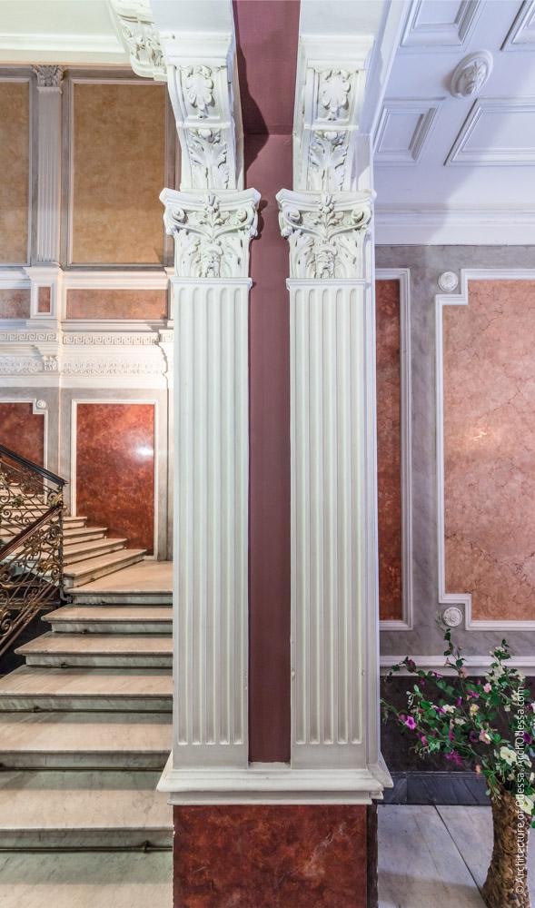 Пилястры проема между вестибюлем и лестничной клеткой