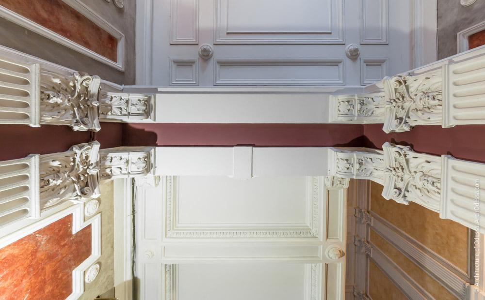 Пилястры и поддерживаемые ими балки проема между вестибюлем и лестничной клеткой