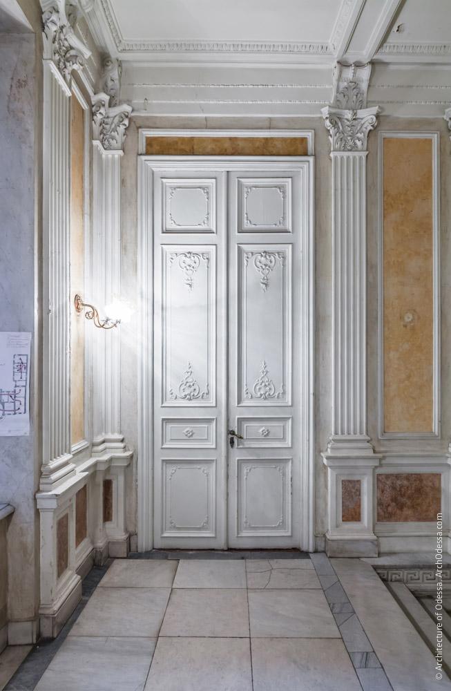 Дверь, ведущая с площадки второго этажа в картинную галерею