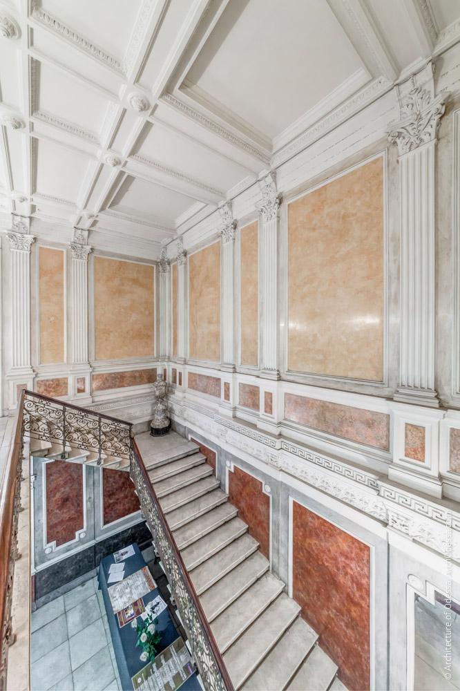 Лестничная клетка, общий вид с площадки второго этажа