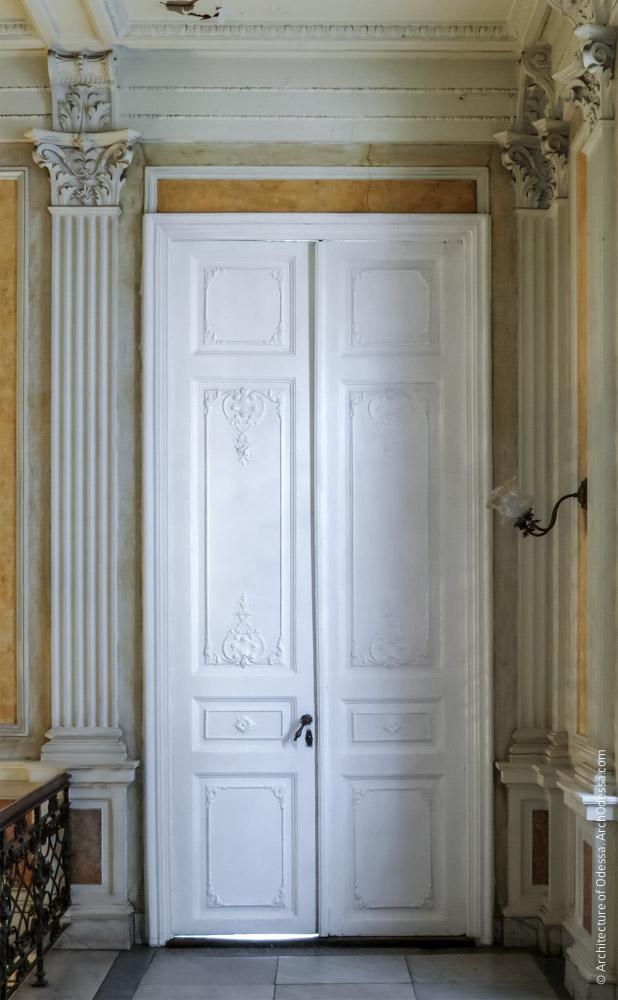 Дверь, ведущая с площадки второго этажа в белый зал