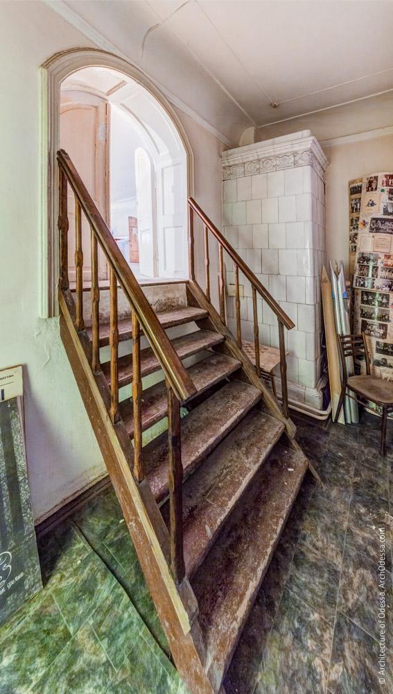 Деревянная лестница и вход