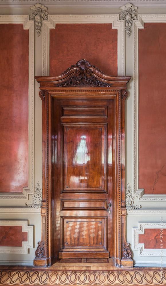 Дверь, ведущая к картинной галерее