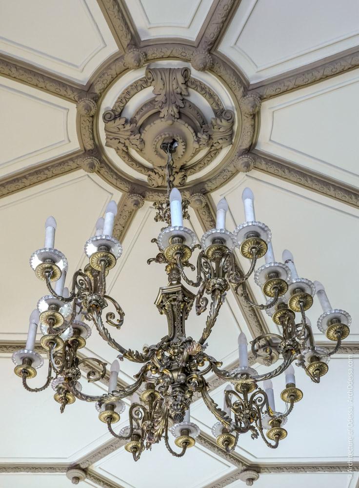 Потолок, люстра