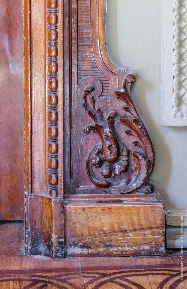Дверь, ведущая к картинной галерее, резная деталь