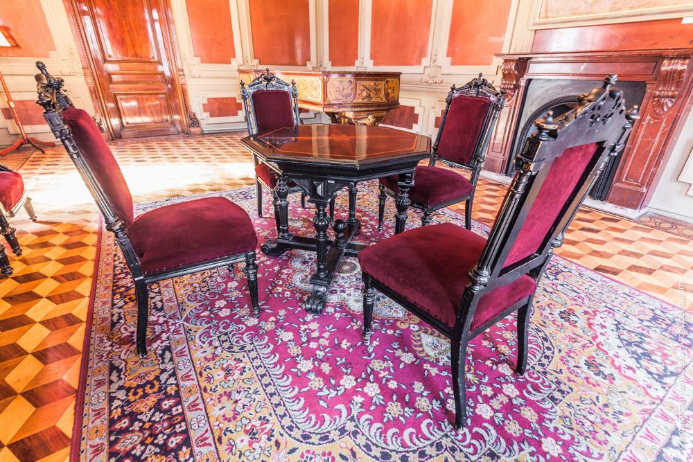 Меблировка, стулья и столик