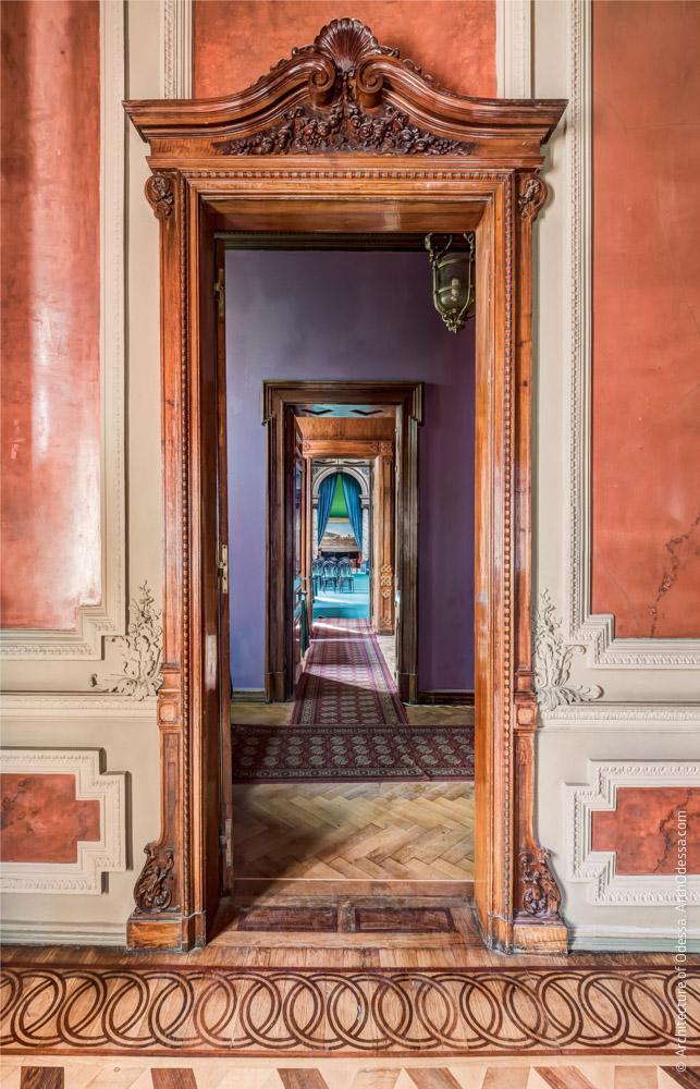 Дверь, ведущая к картинной галерее и анфиллада ее помещений за ней