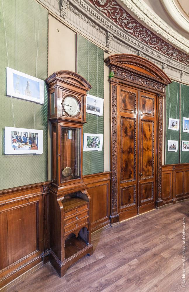 Дверной портал и часы с маятником