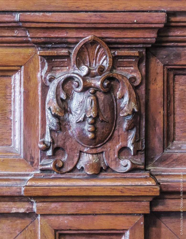 Отделка цоколя стен деревом, резная деталь