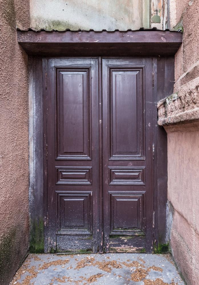 Дверь входа в служебные помещения с галереи