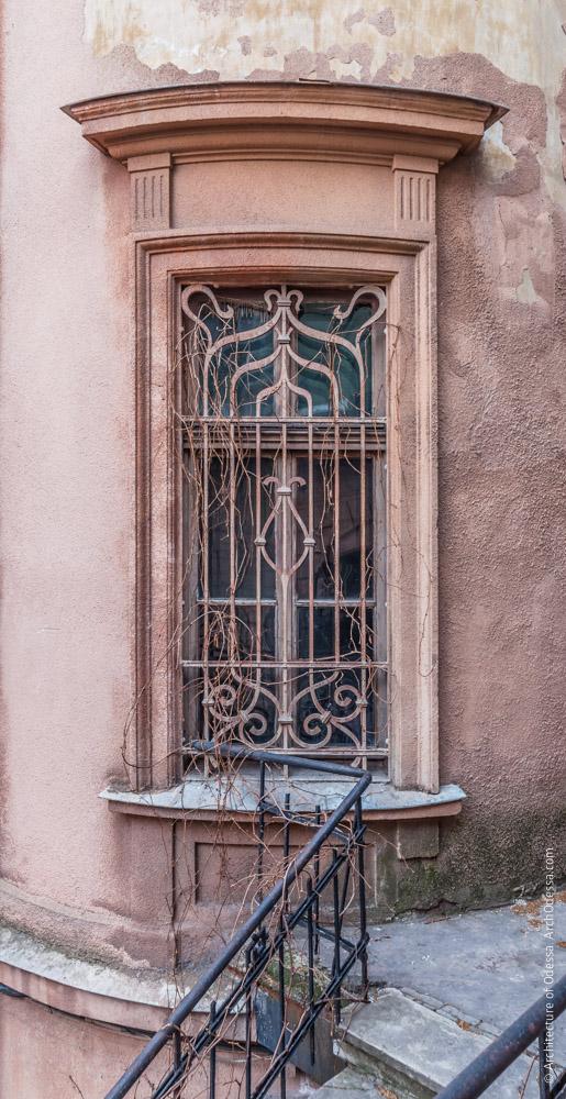 Правосторонний угол, окно второго этажа с оригинальной решеткой в стиле модерн