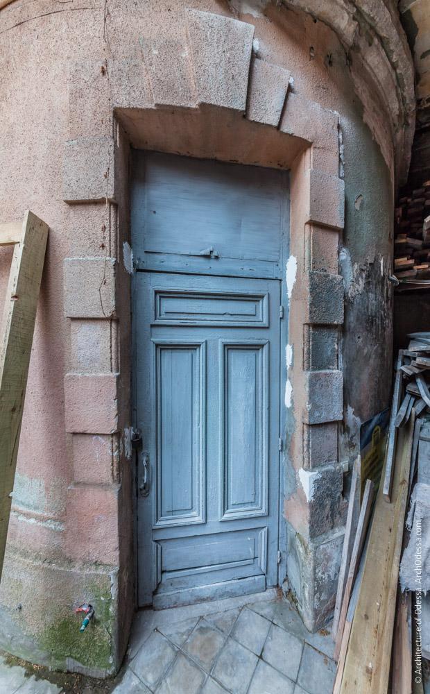Правосторонний угол, дверь технической лестницы