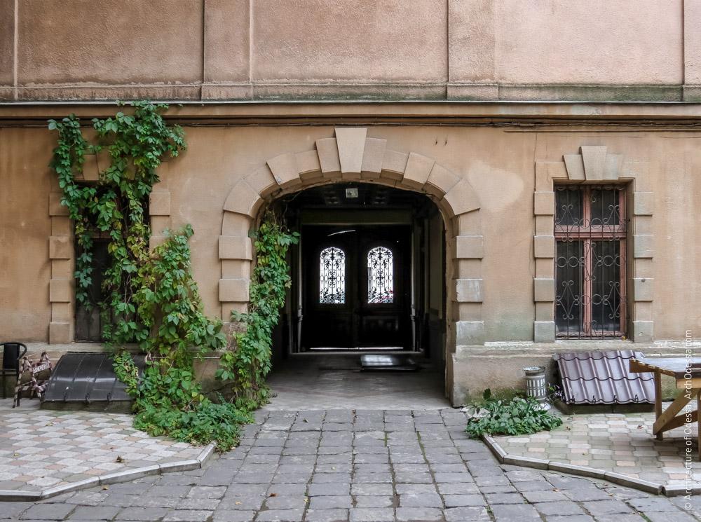 Общий вид портала и окон первого этажа