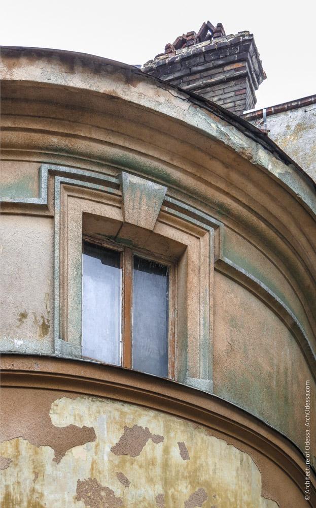 Правосторонний угол, антресольное окно