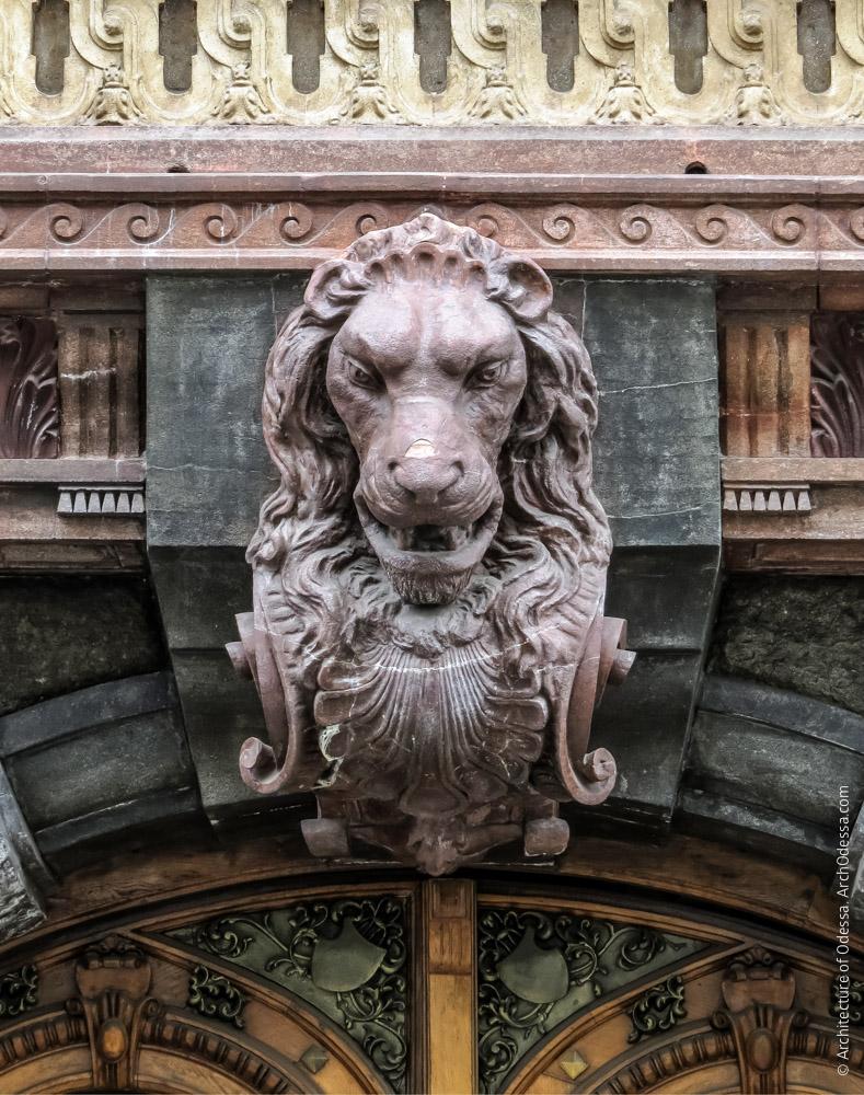 Замковый камень с львиным маскароном