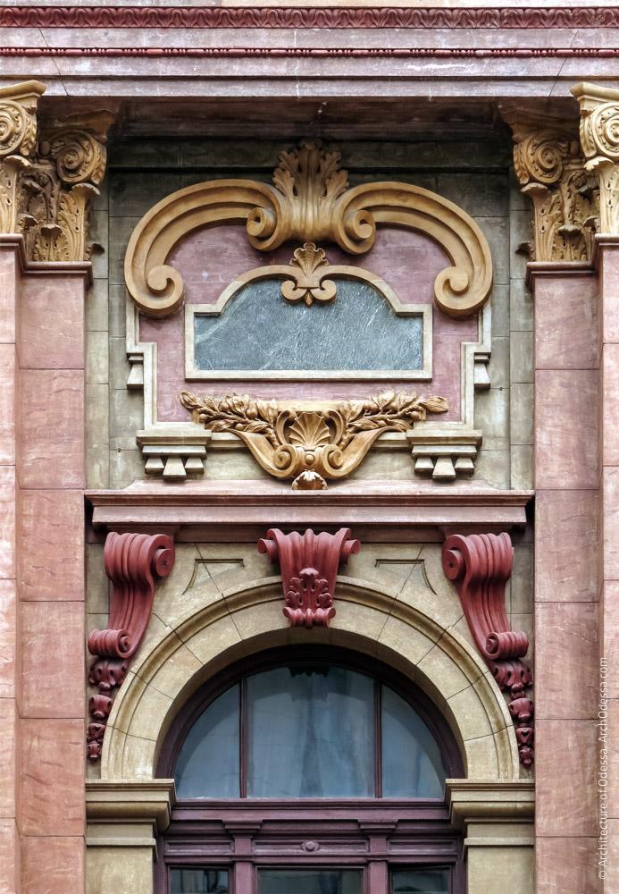 Архитектурная композиция над проемом в одной из крайних осей