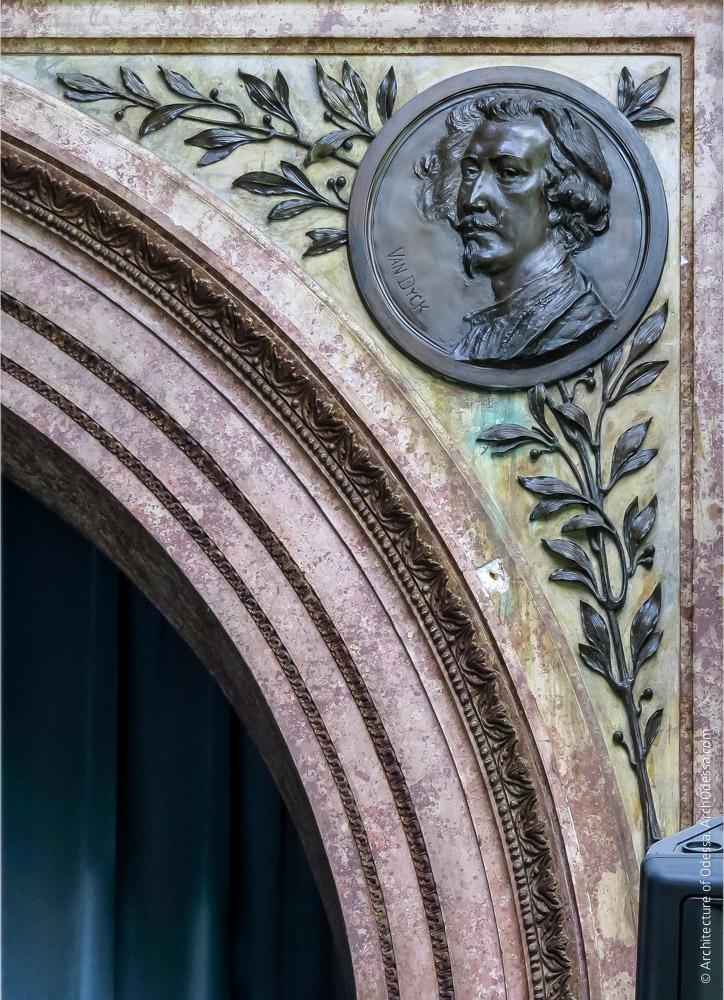 Правосторонняя декоративная филенка импоста и медальон с портретом Ван Дайка