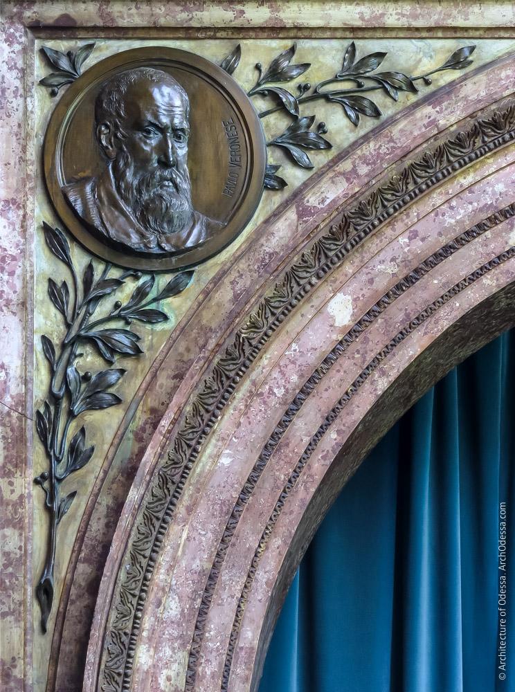 Левосторонняя декоративная филенка импоста и медальон с портретом Веронезе