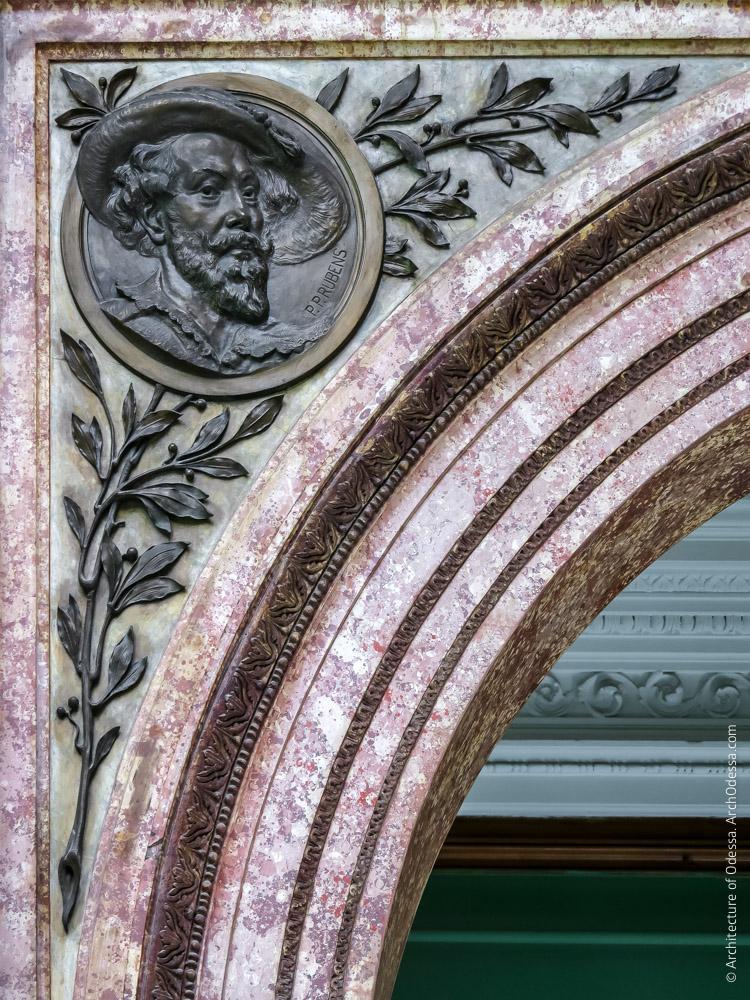 Левосторонняя декоративная филенка импоста и медальон с портретом Рубенса