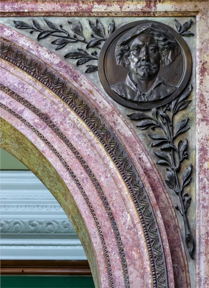 Правосторонняя декоративная филенка импоста и медальон с портретом Рембрандта