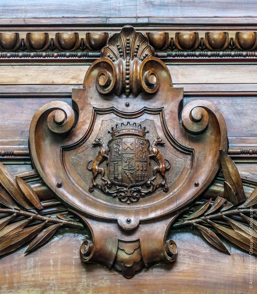 Резной замковый камень наличника с гербом Толстых