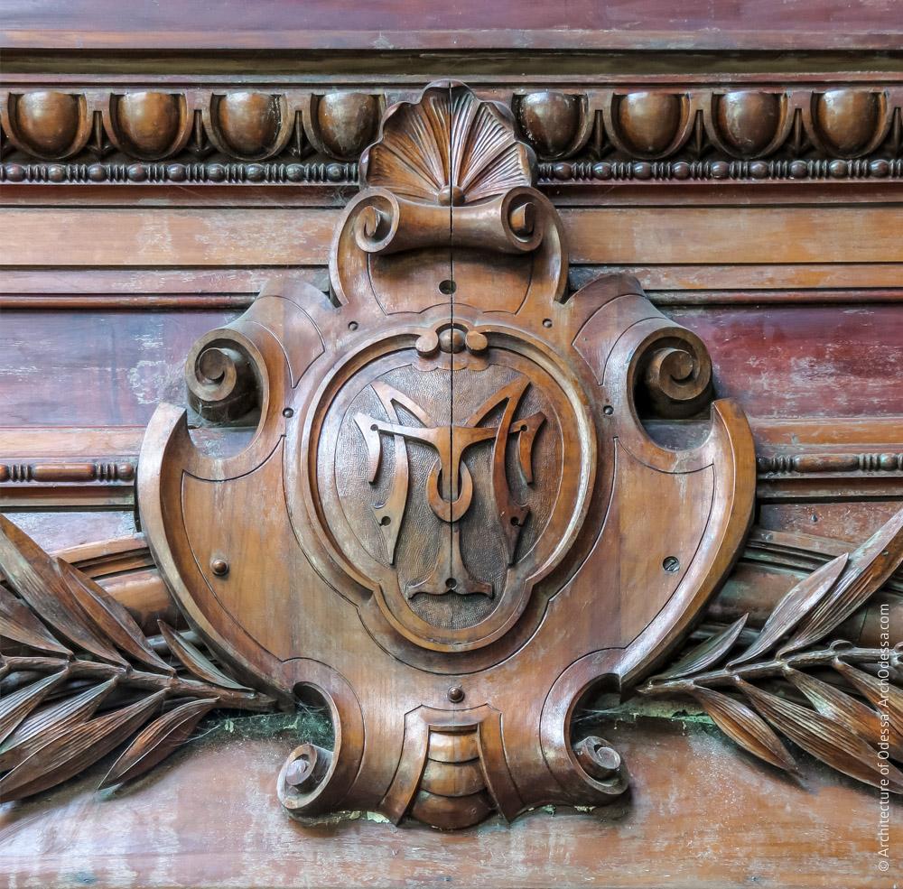Резной замковый камень наличника с инициалами М. Толстого