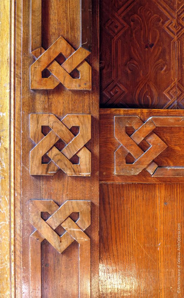 Резные элементы дверного портала