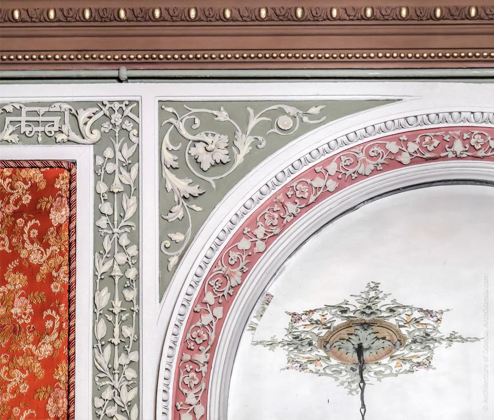 Фрагменты орнаментальных тяг и обрамления зеркала