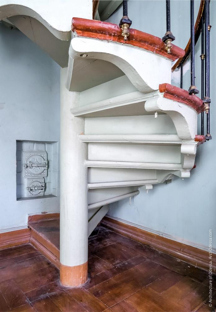 Винтовая лестница, ведущая на антрессоли, ступени