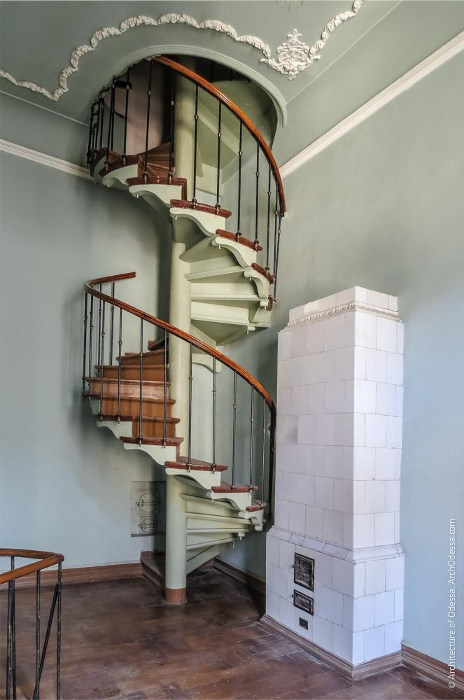 Винтовая лестница, ведущая на антрессоли и груба