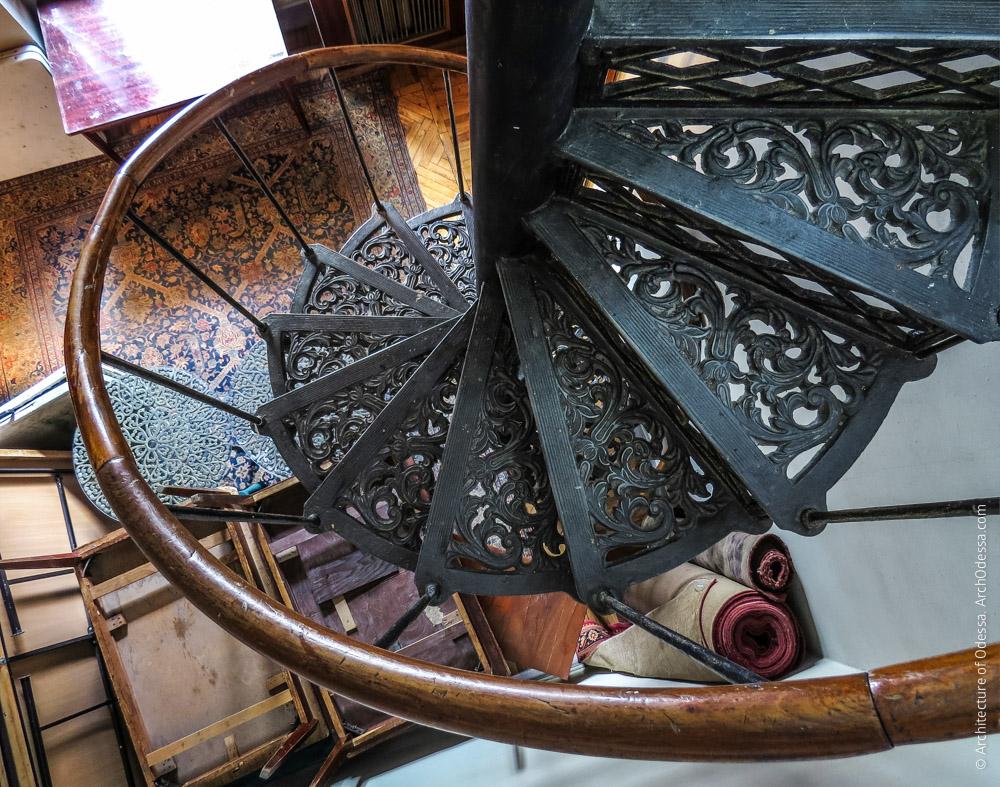 Винтовая лестница на первом этаже, вид со второго этажа