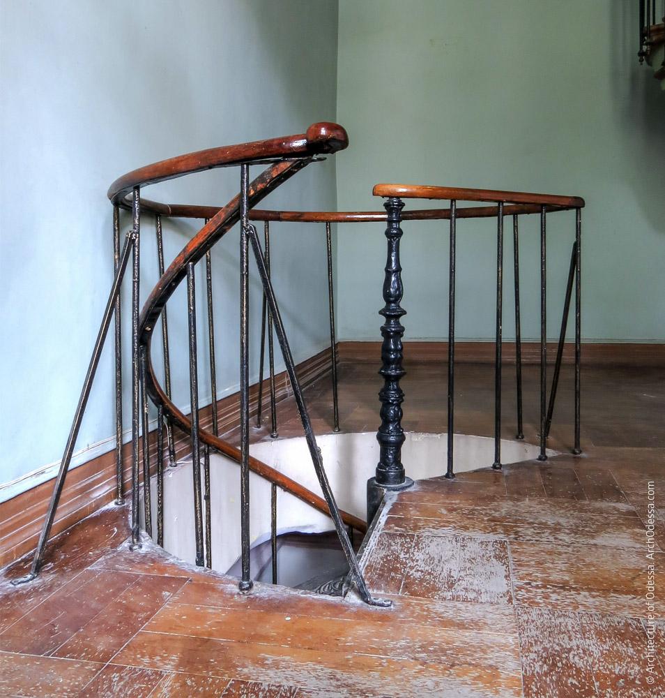 Винтовая лестница на первом этаже, ограждения верхней площадки