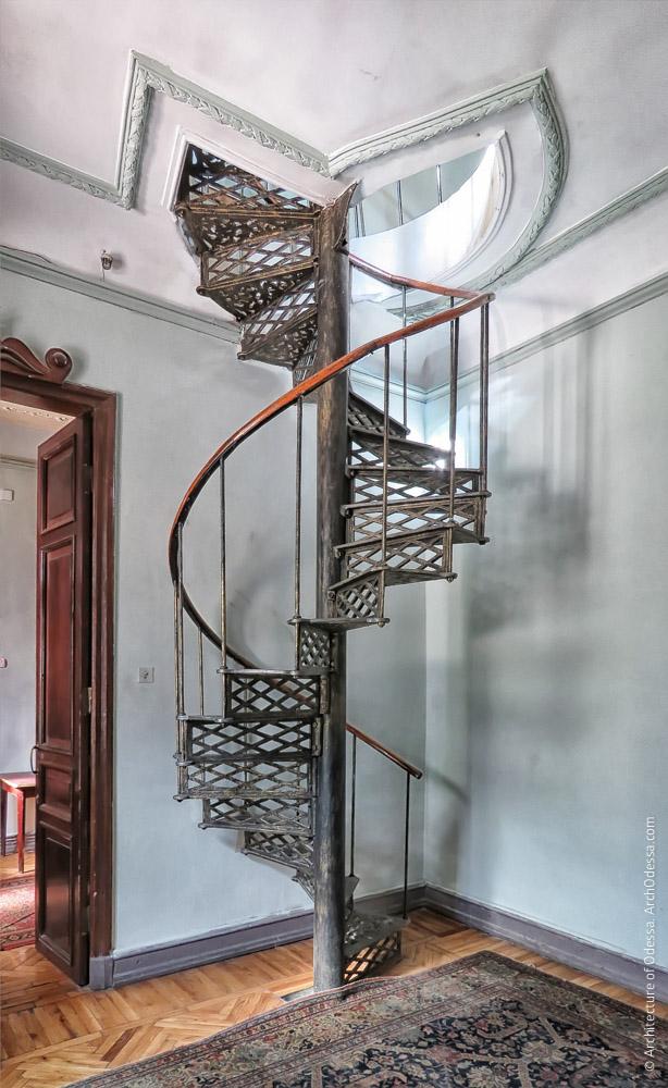 Винтовая лестница на первом этаже